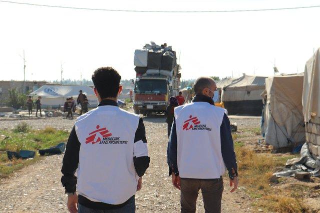 artsen zonder grenzen hulpverleners zien trucks in Laylan vluchtelingenkamp irak