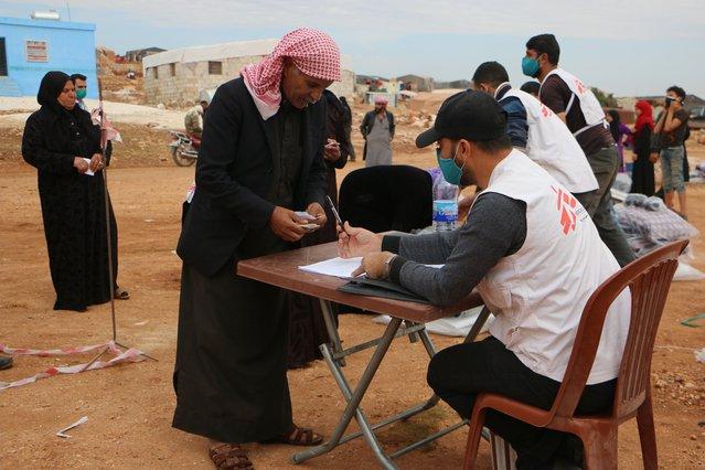 man komt voor winterhulppakketten artsen zonder grenzen syrie