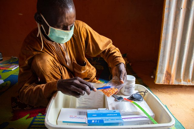 Salissou laat zijn medische koffer met medicijnen om zieke kinderen te helpen. ©Mack Alix Mushitsi/MSF