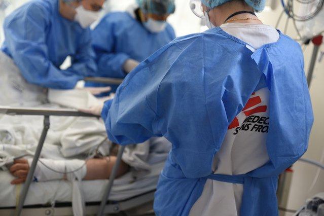 Een coronapatiënt wordt behandeld in het Antonio Lorena hospital in Cusco. ©Clément Loc©Clément Locquet