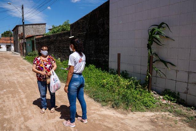 Onze hulpverleners geven voorlichting over het coronavirus aan mensen op straat. © Mariana Abdalla/MSF