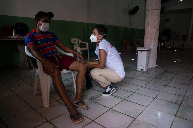 Verpleegkundige Jaqueline praat met een patiënt in de mobiele kliniek in Fortaleza.