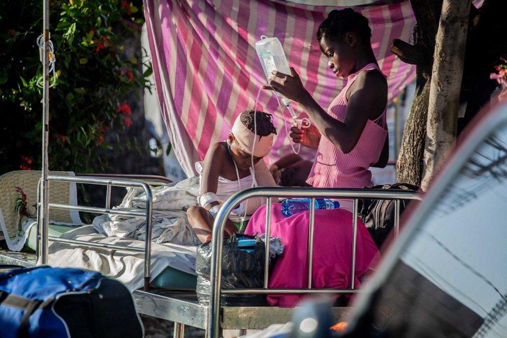 Een jongen wordt verzorgd buiten het Les Cayes General Hospital, na de aardbeving met een kracht van 7,2 op 15 augustus 2021 in Haïti.