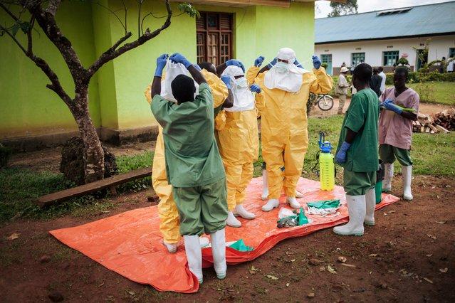 Ebola pak aantrekken