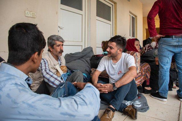 Een van onze psychologische hulpverleners in Irak praat met een man die net is gevlucht uit Noordoost-Syrië.