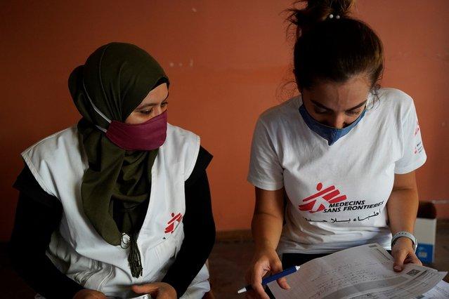 Verpleegkundige Sara en epidemioloog Krystel in Beiroet verdelen medicijnen voor patiënten in zwaar getroffen wijken van de stad.