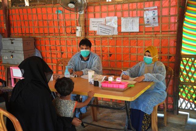 vrouw met kind voor artsen zonder grenzen kliniek bangladesh