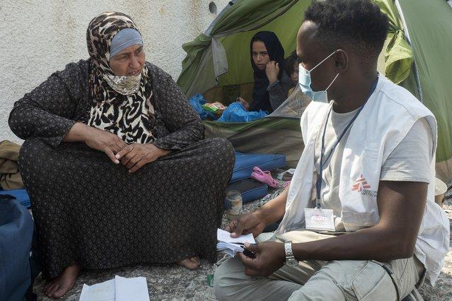 vrouw met hulpverlener artsen zonder grenzen lesbos